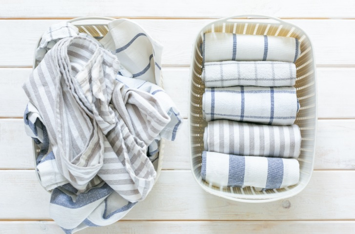 Two-baskets-with-towels-one-cluttered-one-decluttered-Overture